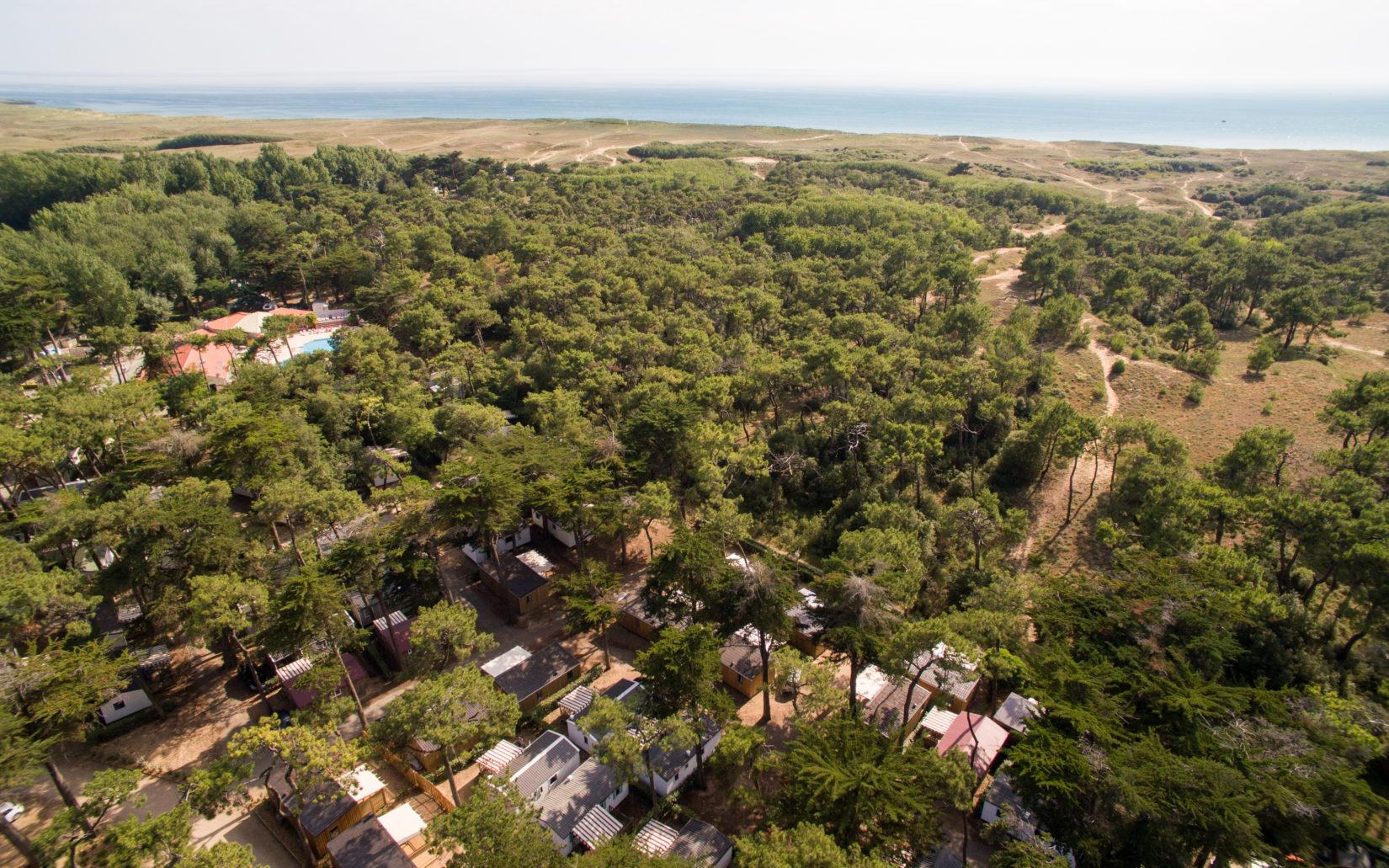 Photo vue aérienne du camping les Cyprès en Vendée plage, forêt et dunes