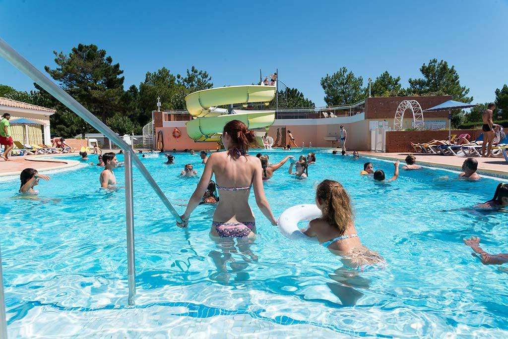 Photo de la piscine du camping Côté Plage animations et détente pour vos vacances en famille