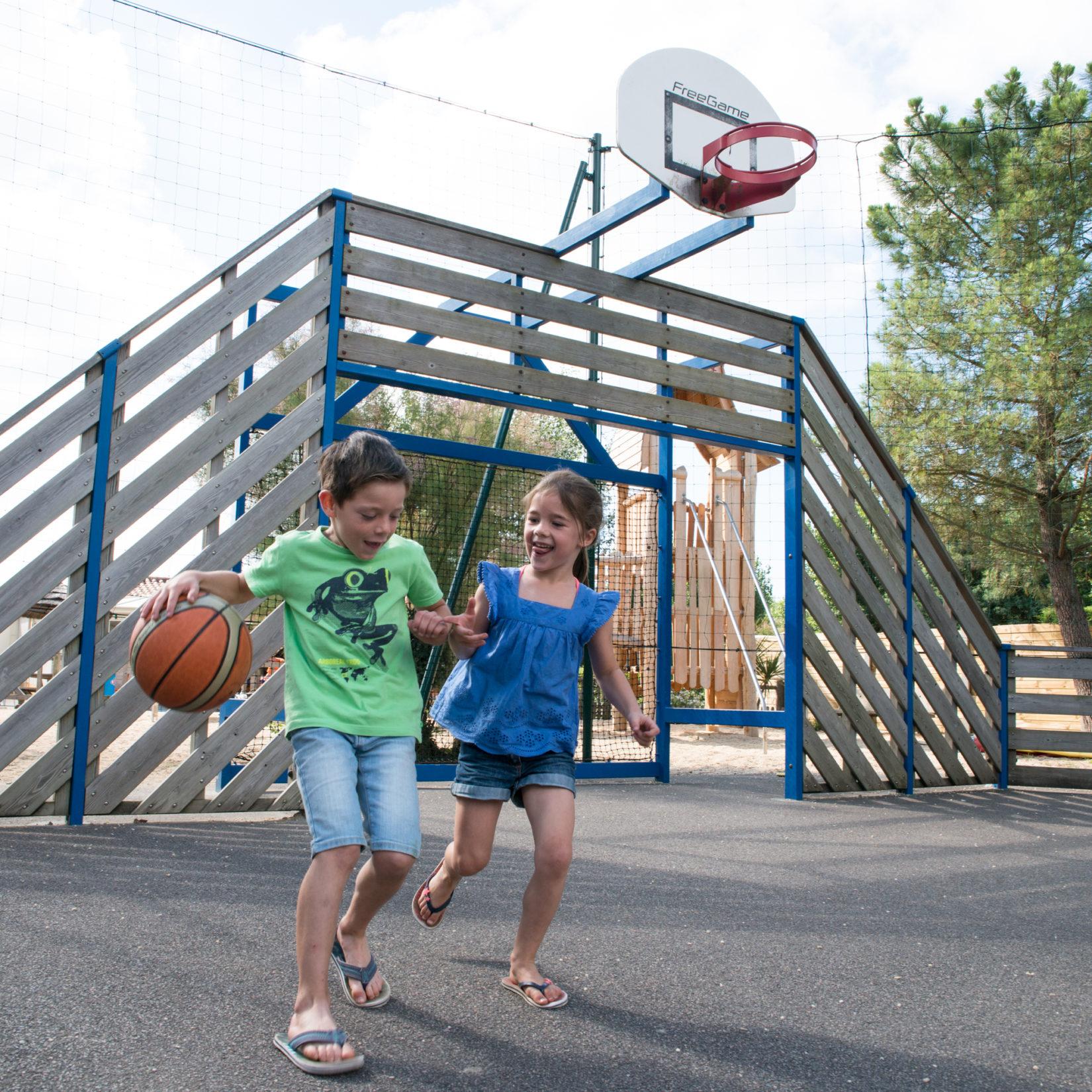 Camping Le Petit Paris enfants jouent basket