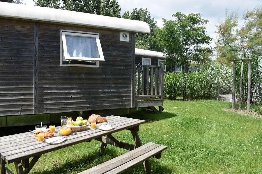 Camping le petit paris roulotte petit déjeuner